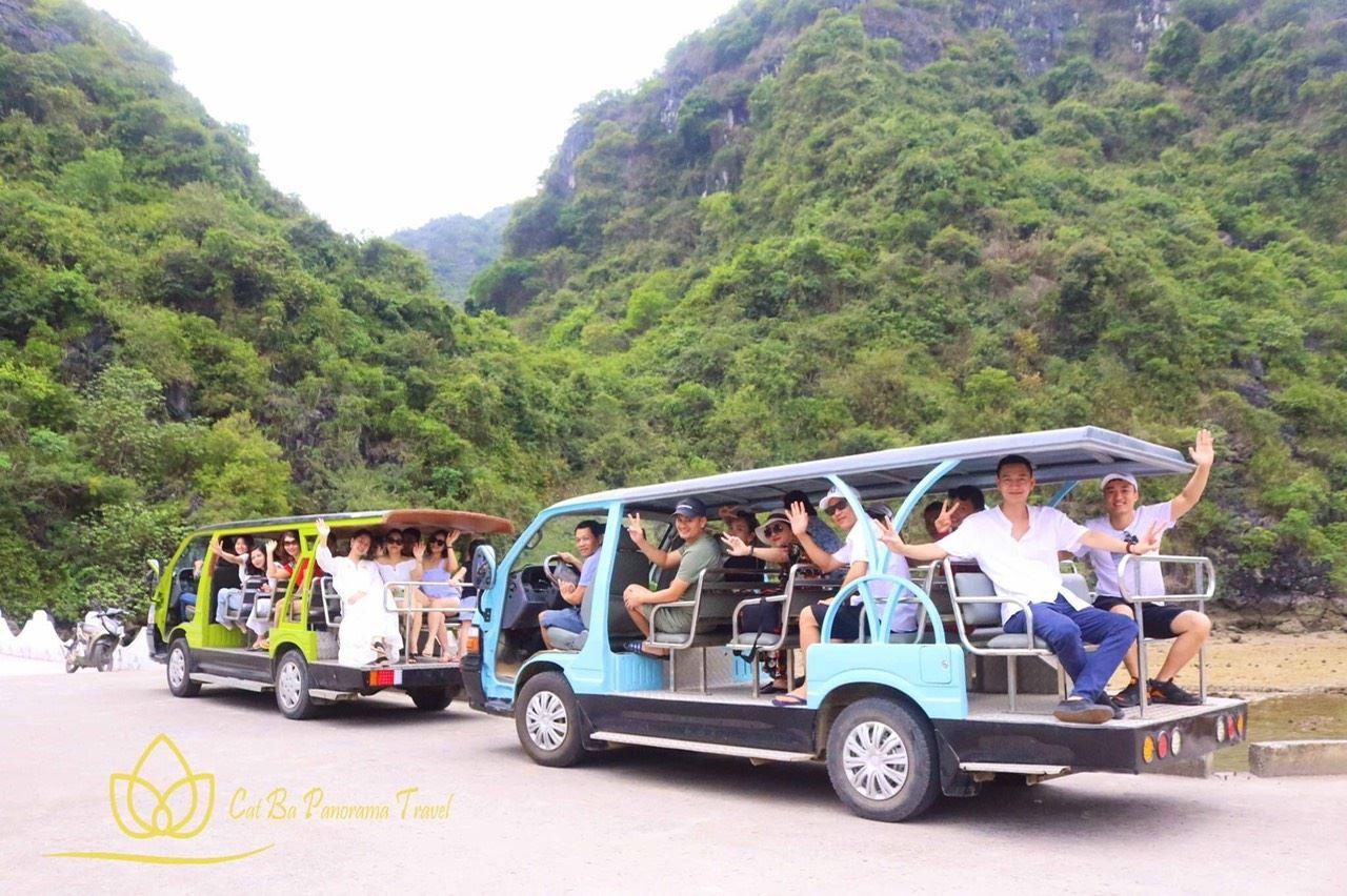 Xe chuyển tải khách vào làng Việt Hải