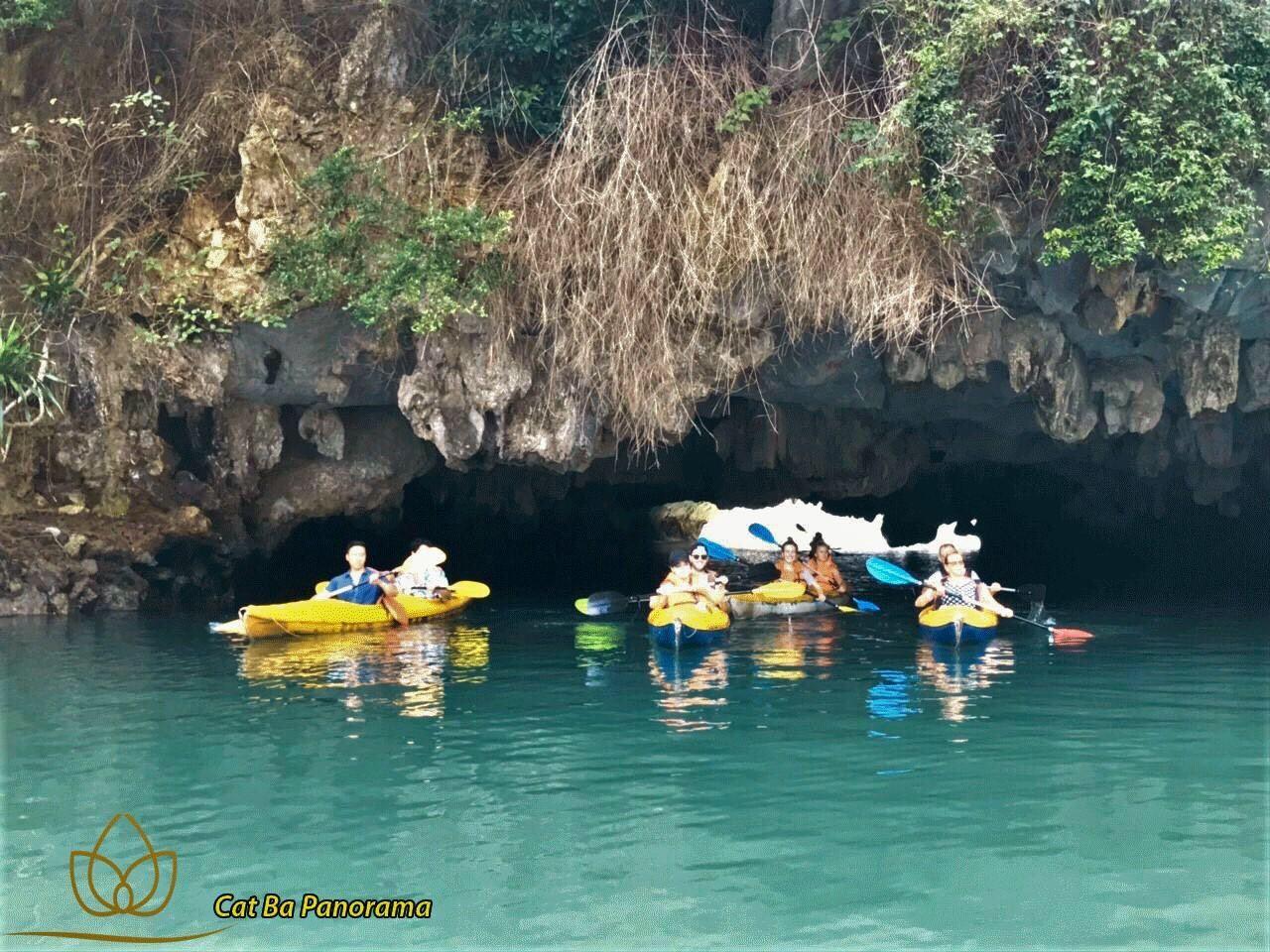 Chèo thuyền kayak qua hang hầm