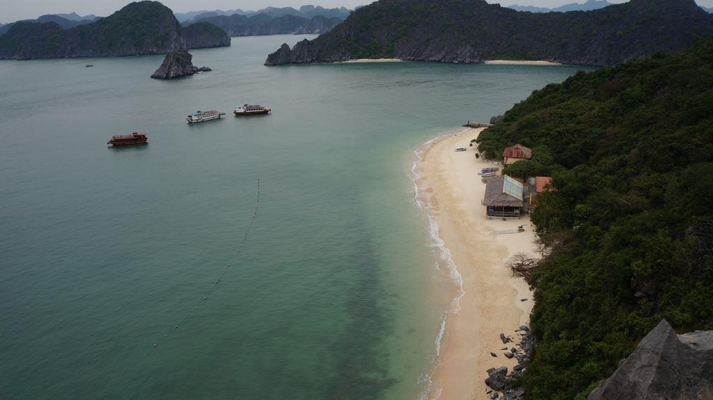 Bãi cát tại Đảo Khỉ