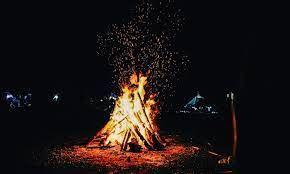 Đốt lửa trại trên bãi biển