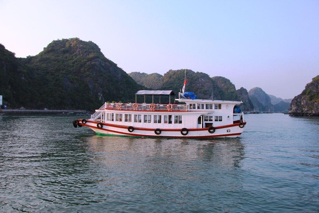 Khám phá vịnh Lan Hạ 1 ngày trên tàu vỏ gỗ truyền thống